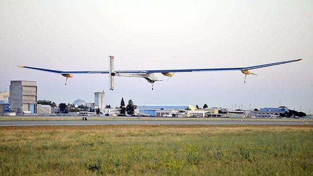 Despega el primer avión solar con la intención de recorrer 1.337 kilómetros sin combustible